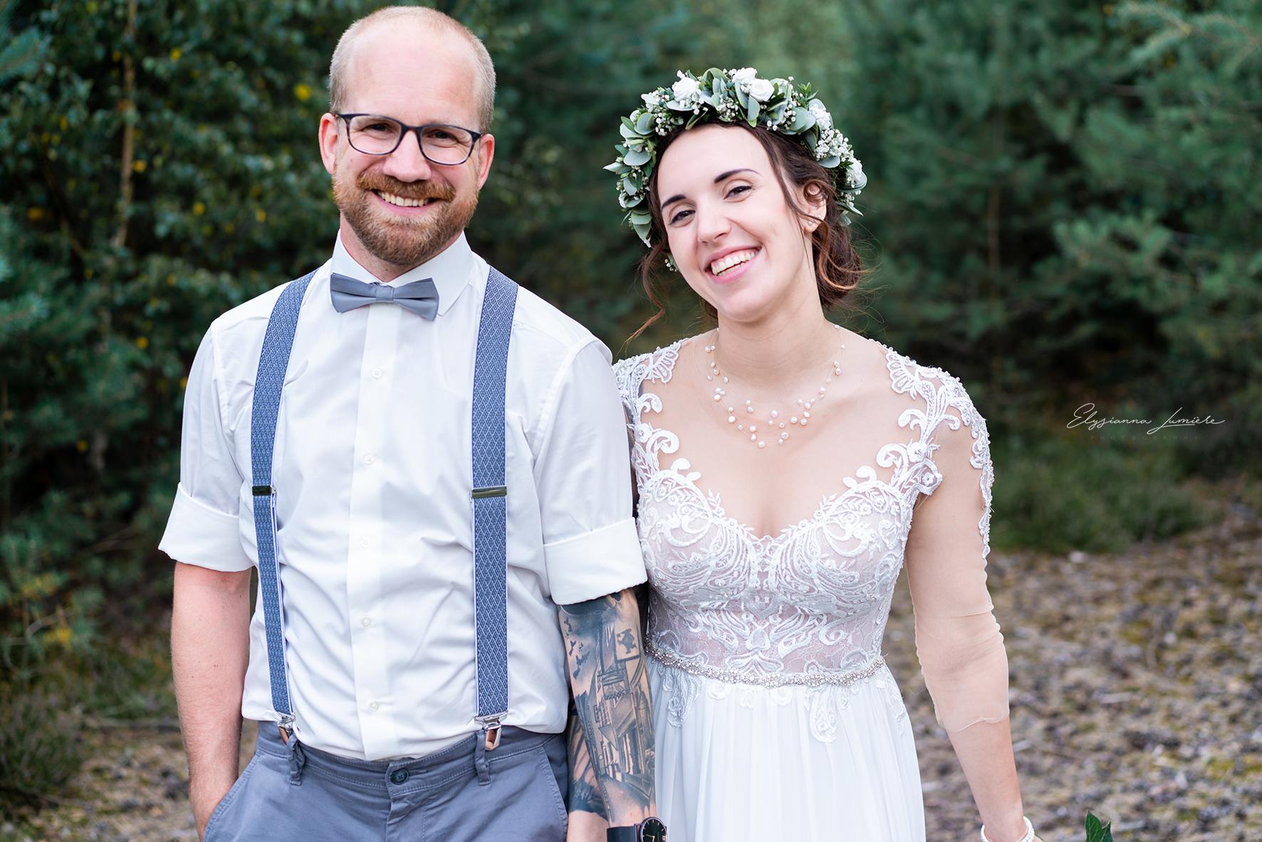 Brautpaar Spaziergang im Wald Hochzeitsfotograf Bremen I Elysianna Lumière Photography