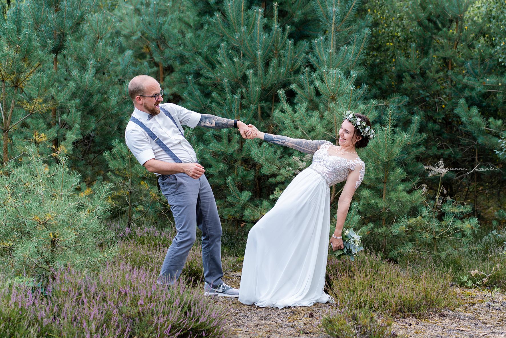 Brautpaar tanzt und lacht gemeinsam After Wedding Shooting Bremen