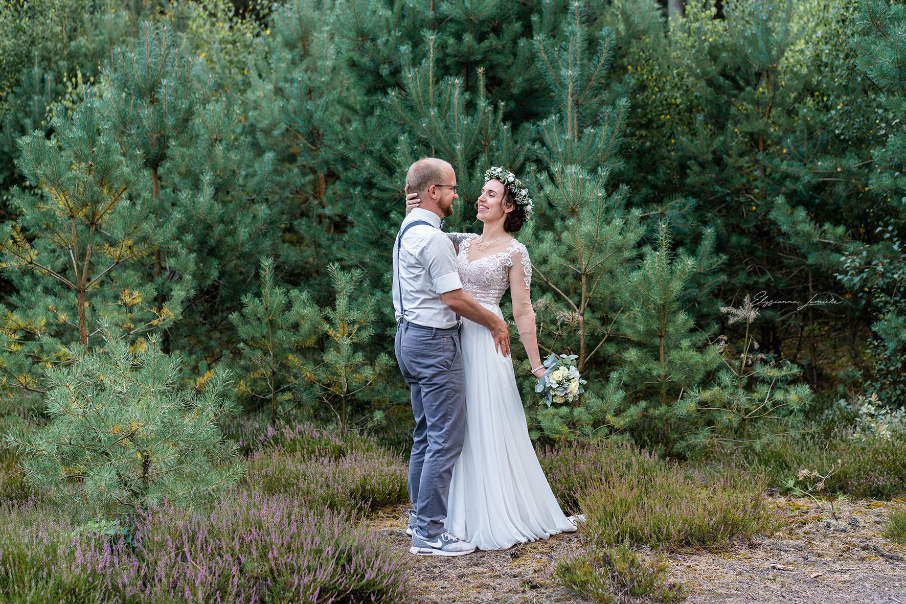 Brautpaar tanzt im Wald Boho Vintage I Elysianna Lumiere Photography