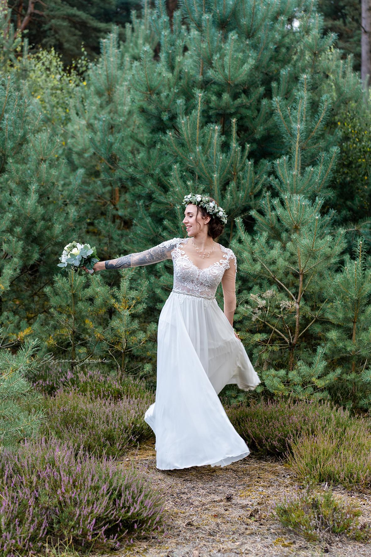 Tanzende Braut Bohostyle beim Paarshooting
