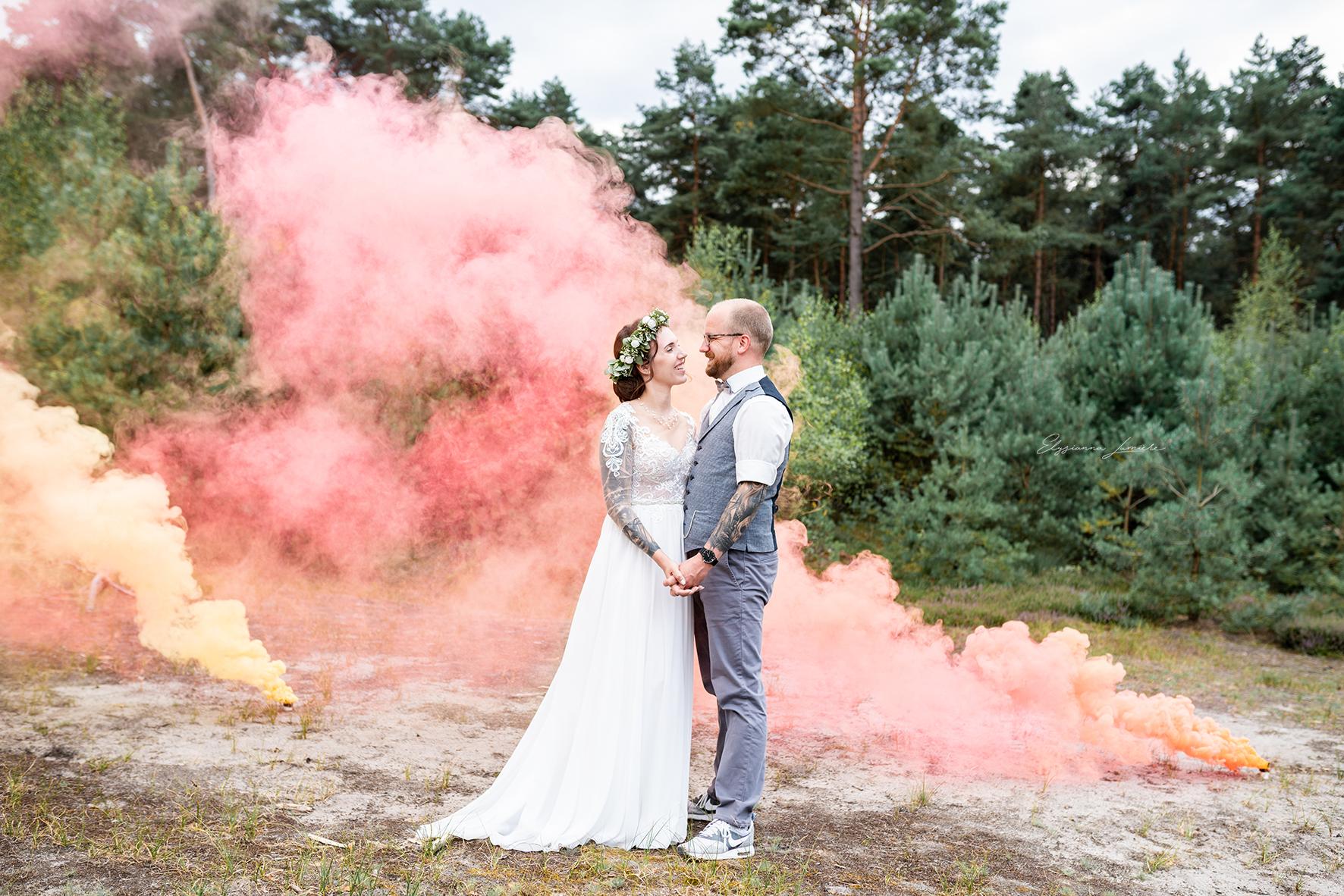 Hochzeitsfotos mit Rauchfackeln in den Dünen I Elysianna Lumiere Photography