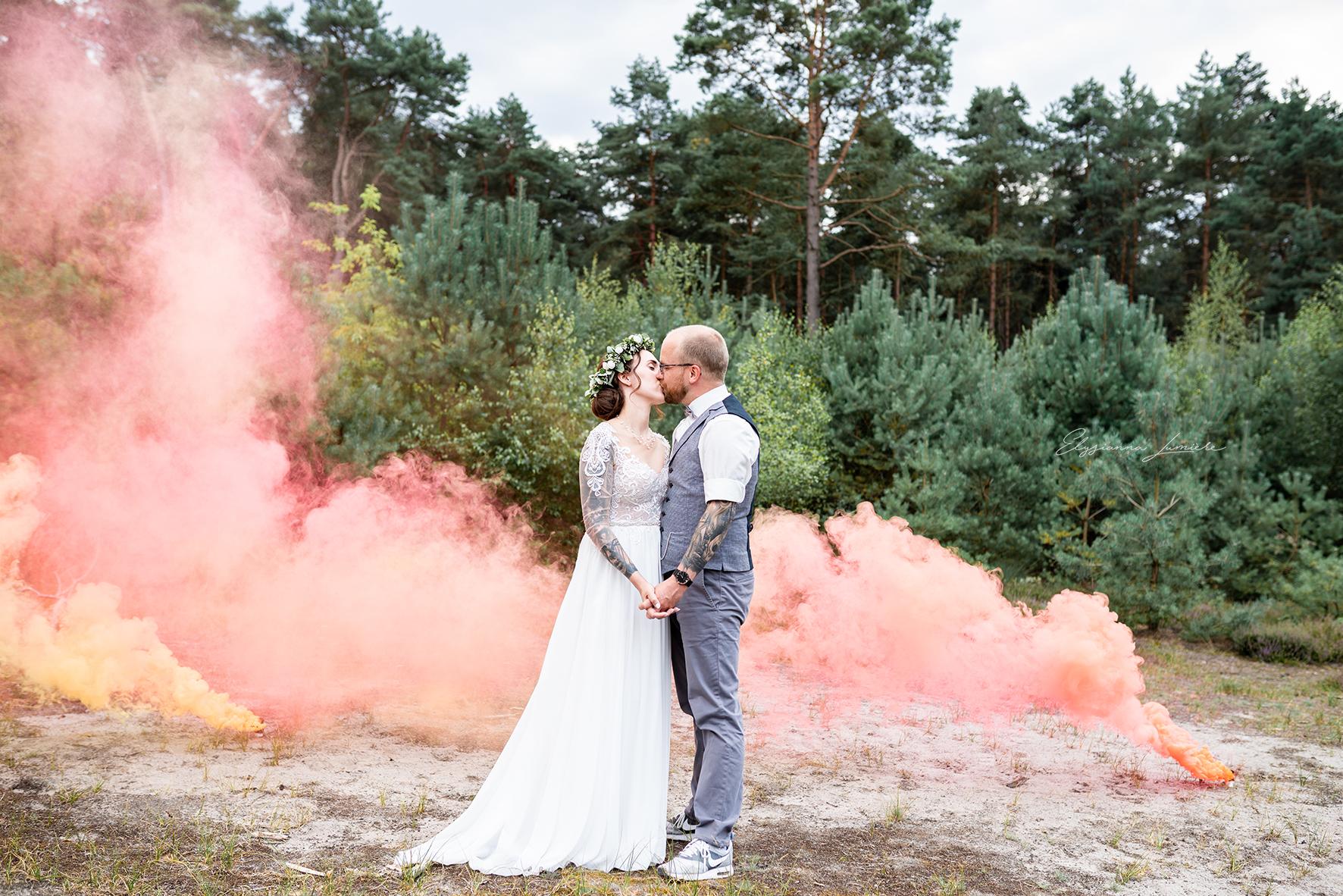 Kussbild in den Dünen mit RauchfackelnI Elysianna Lumiere Photography