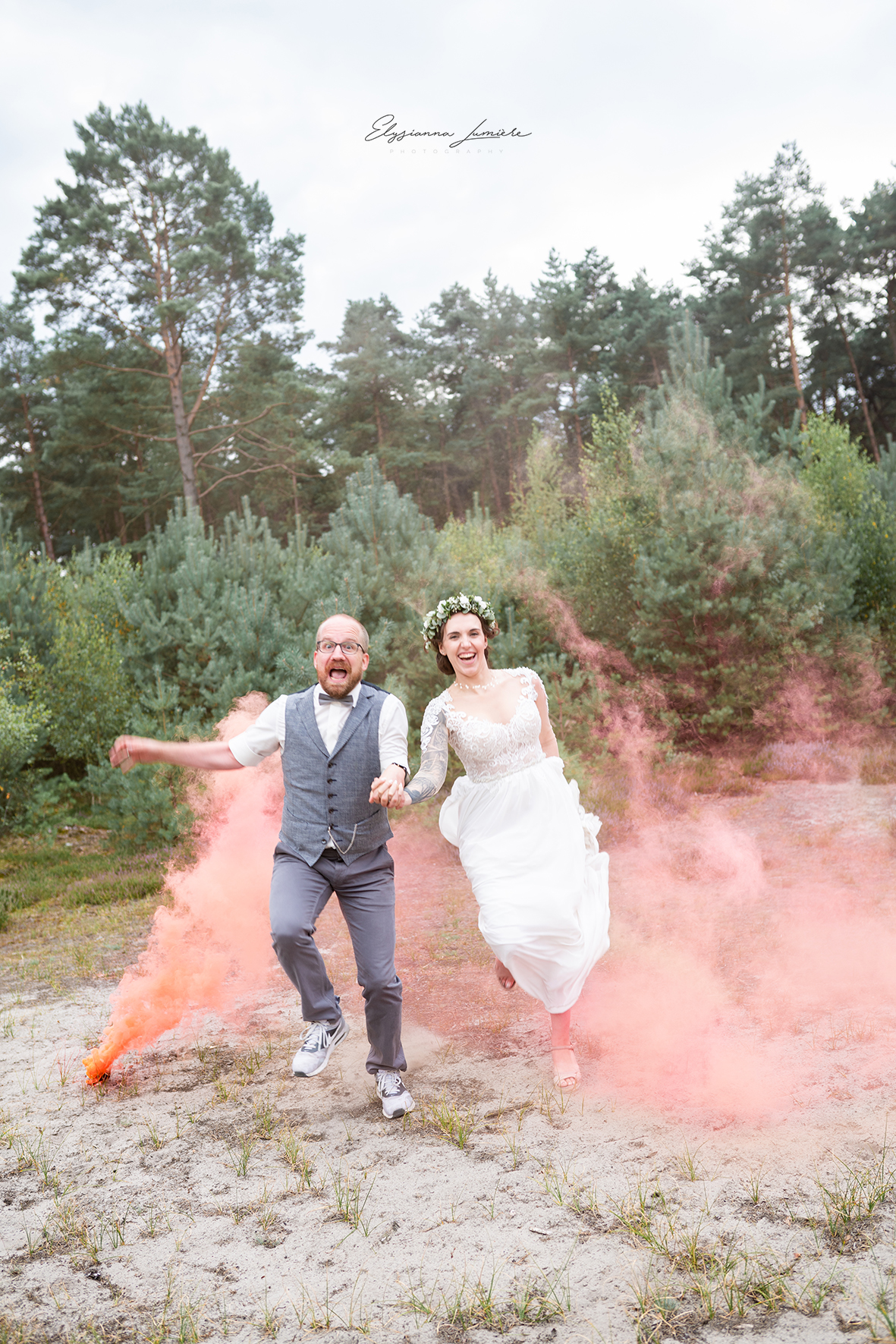 Brautpaar in Action durch den Rauch springend