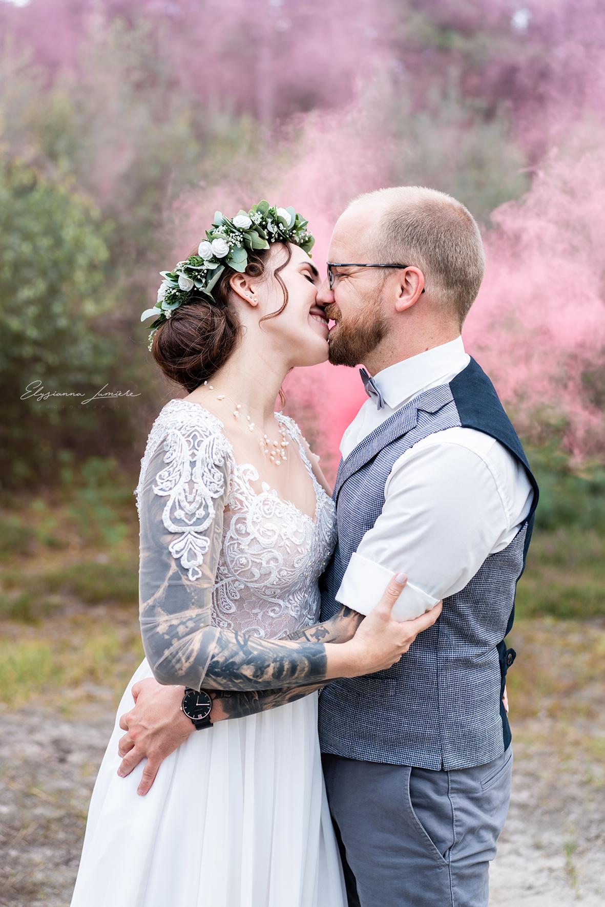 Hochzeitsfoto Kussbild mit Rauchfackel