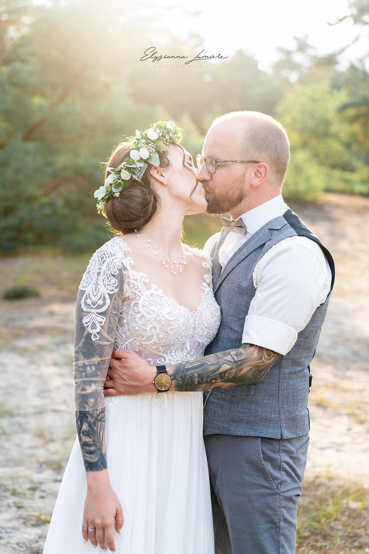 Kuss im Sonnenuntergang beim Hochzeitsshooting