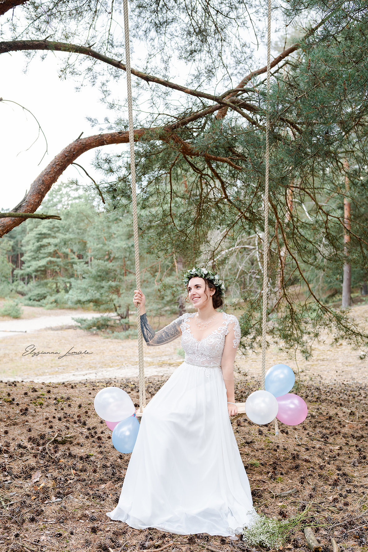 Braut mit Luftballons auf einer Schaukel im Wald Hochzeitsfotos
