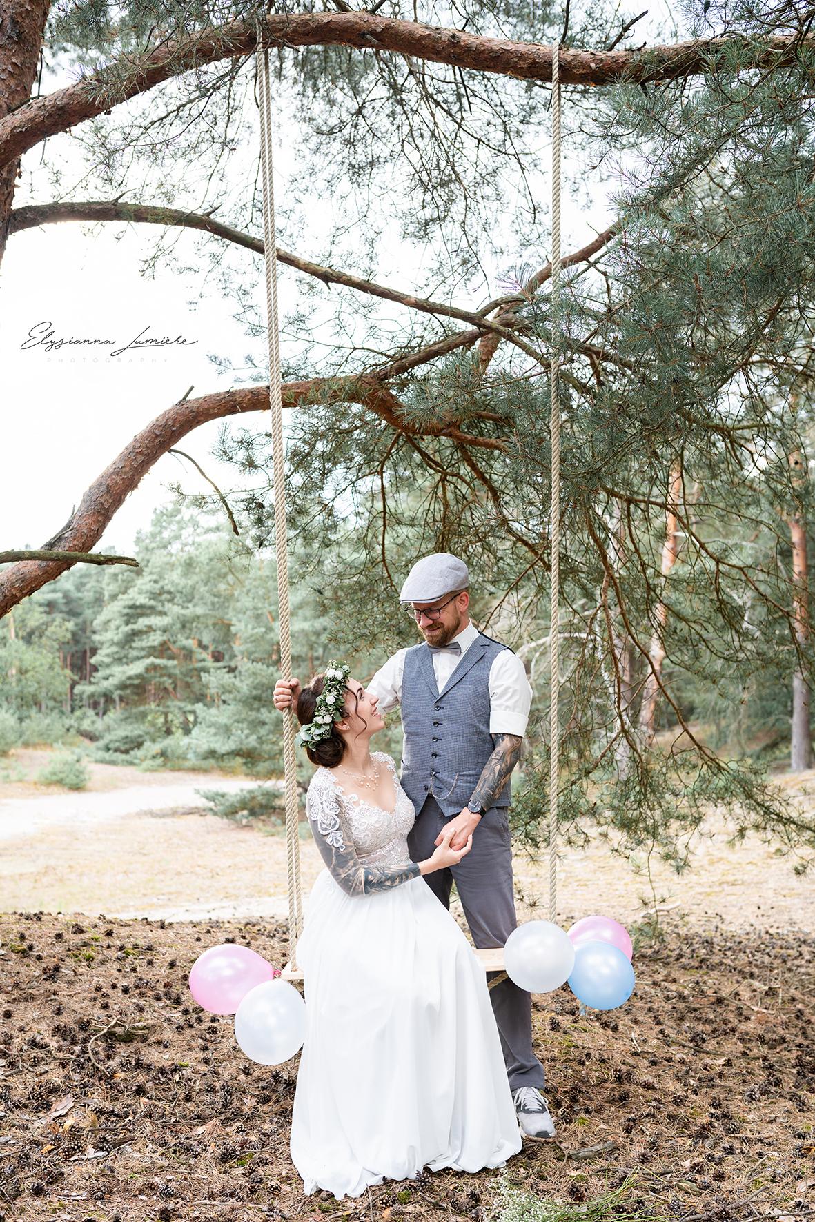 Brautpaar auf der Schaukel im Wald Bohowedding