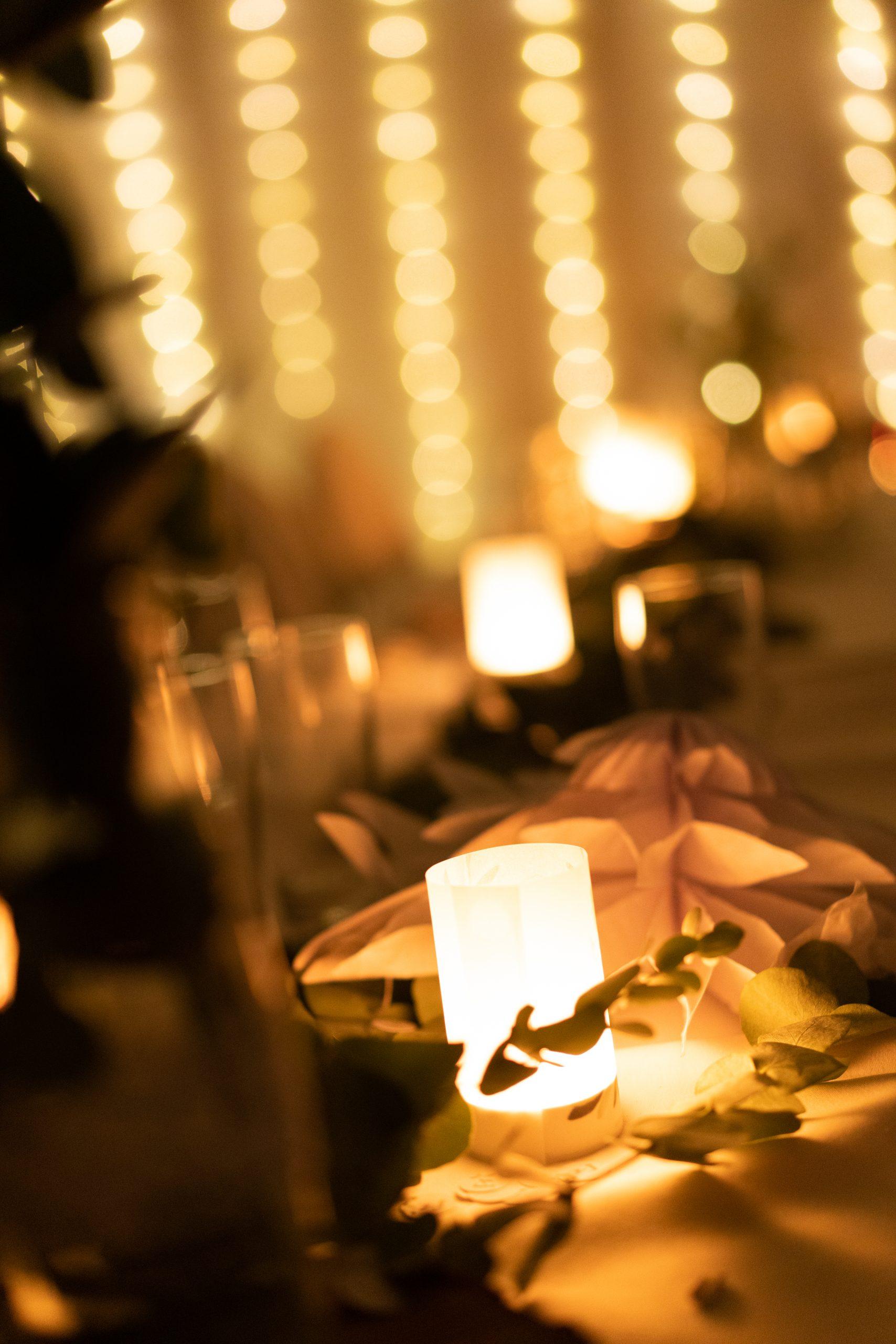 Kerzenlicht im Partyzelt bei der Gartnehochzeit Hochzeitsreportage