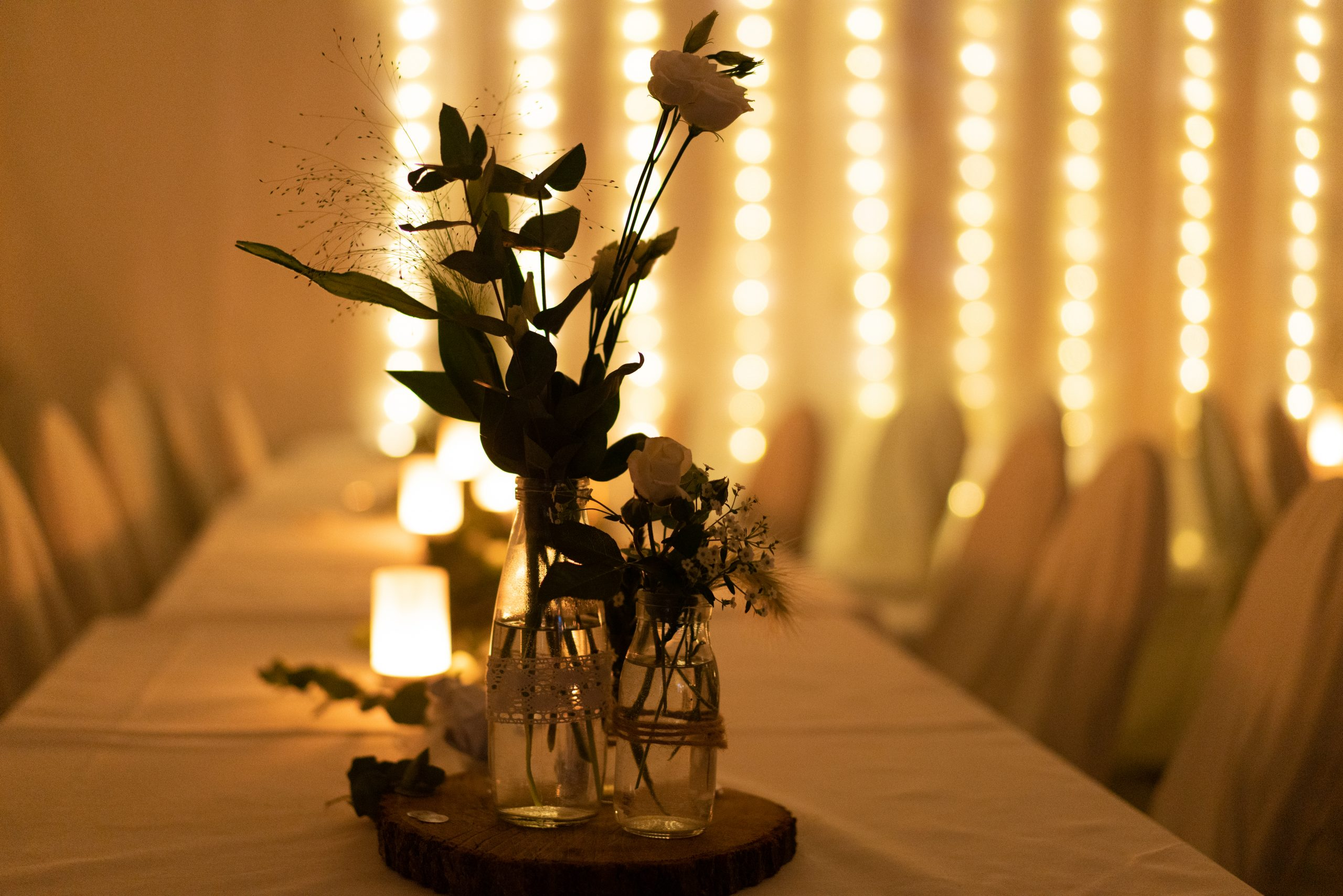 Blumendko Hochzeit Boho mit Lichterketten