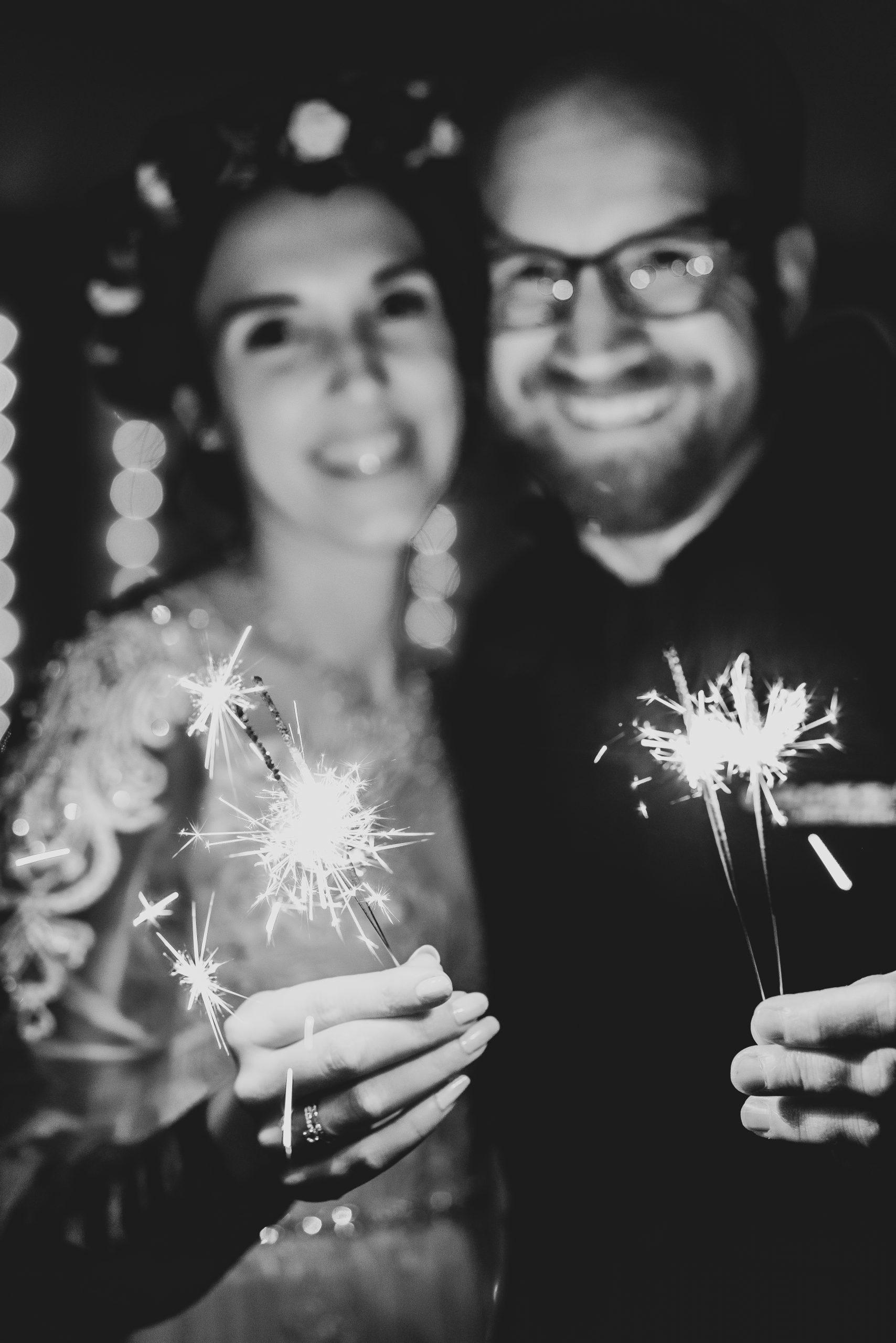 Hochzeitsfoto mit Wunderkerzen am Abend