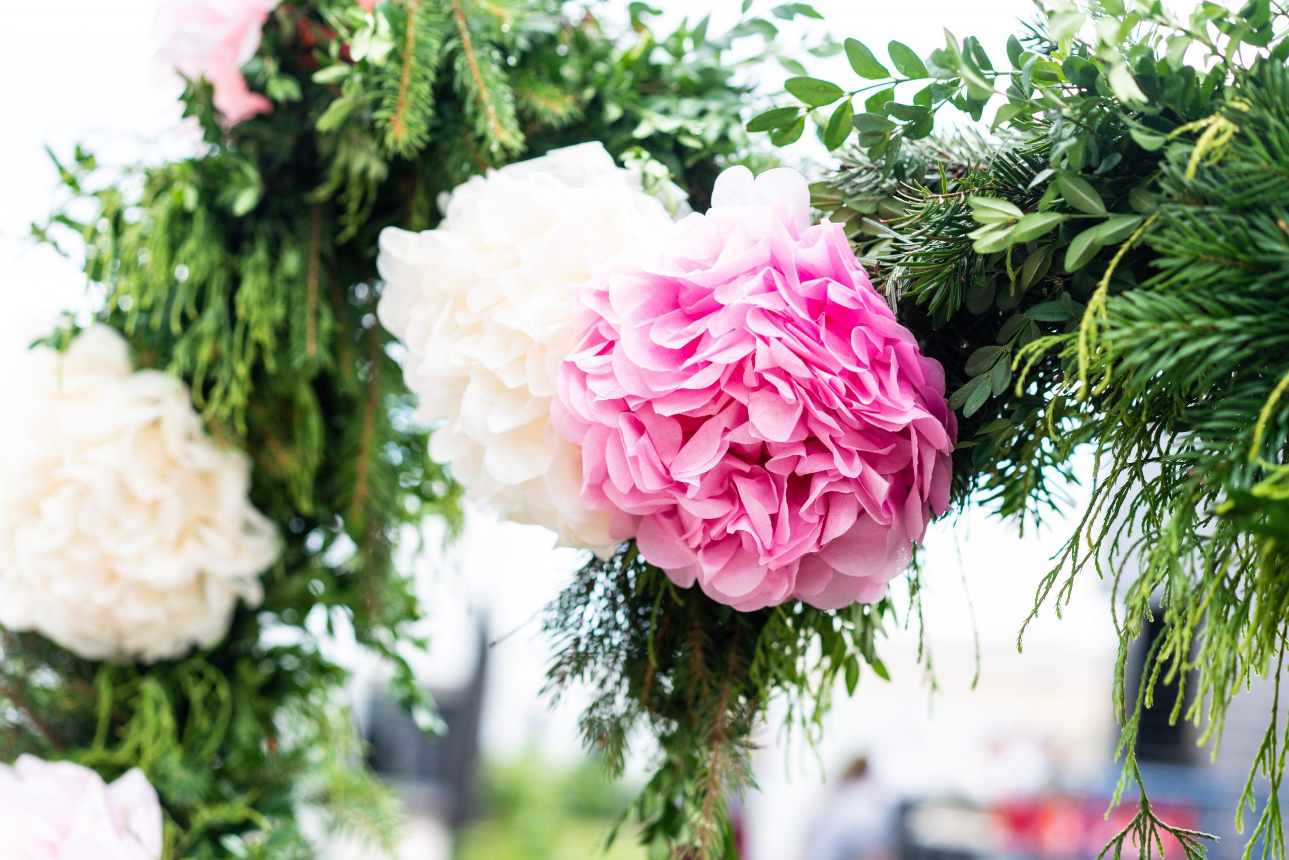 Eingang zur Gartenparty mit Blumenschmuck