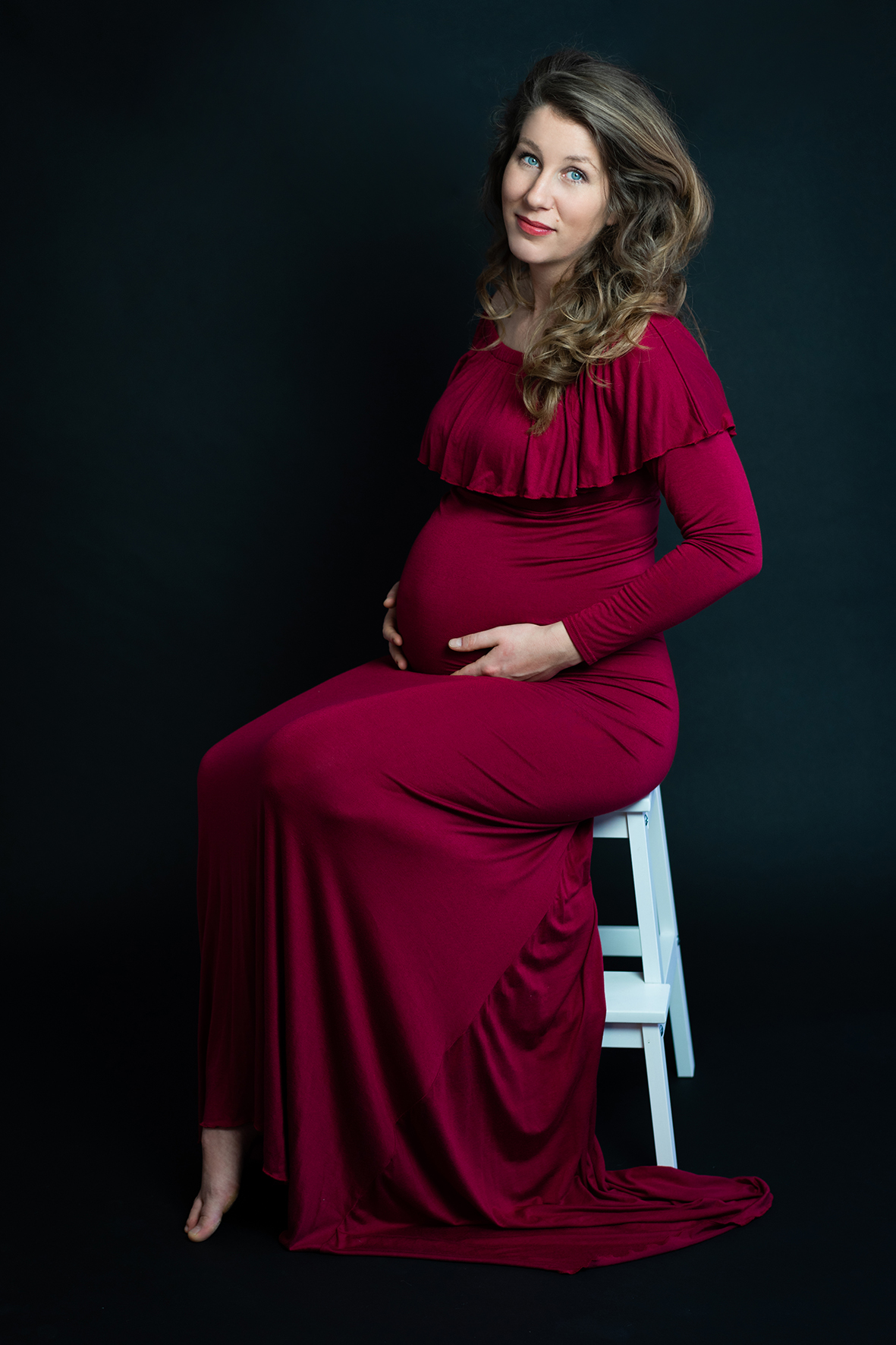 Exklusives Babybauchshooting Schwangerschaftsfotos mit rotem Kleid im Studio Bremen