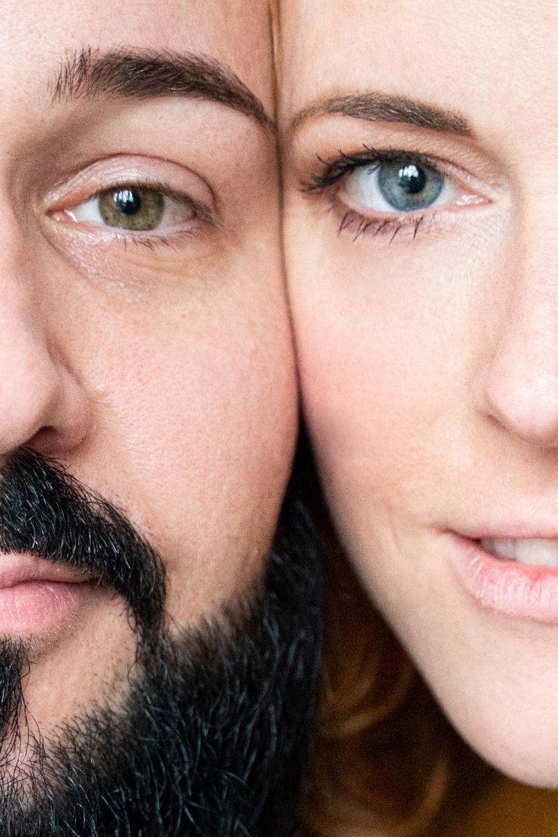 Nahes Portrait halbe Gesichter des Paares nebeneinander - besondere Paarfotos von Fotograf Bremen