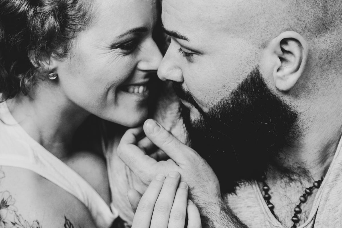 Nahes Portrait in schwarz weiß Coupleshooting in Bremen