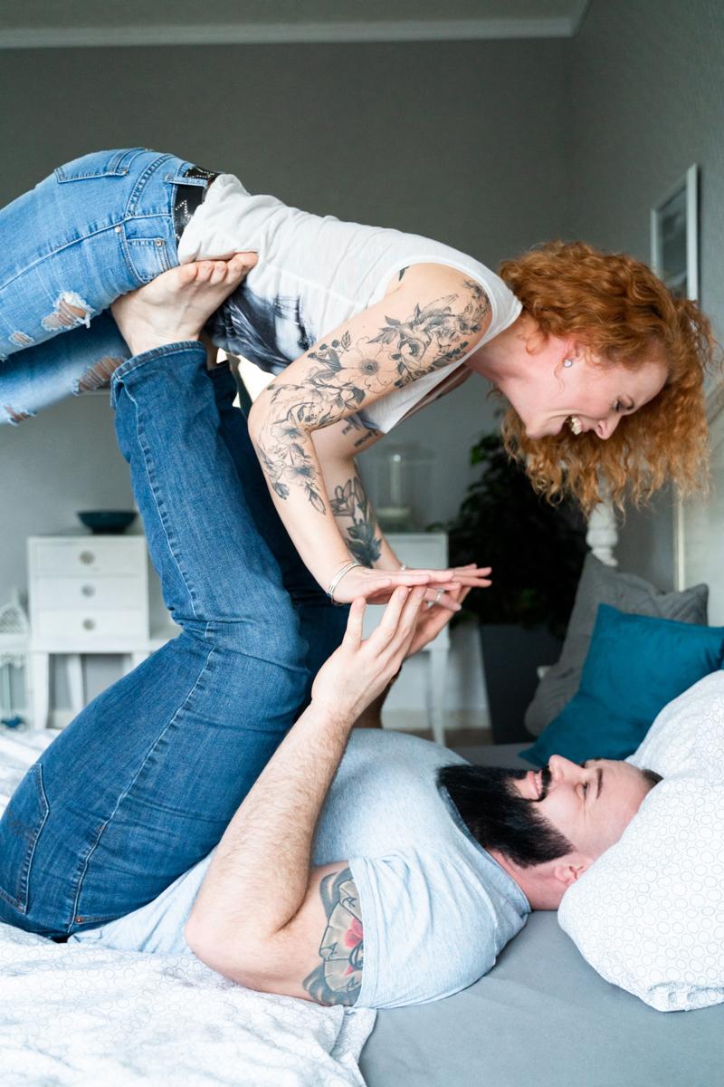 Lachende Hebefigur beim Coupleshooting - Fotograf Verden Lilienthal