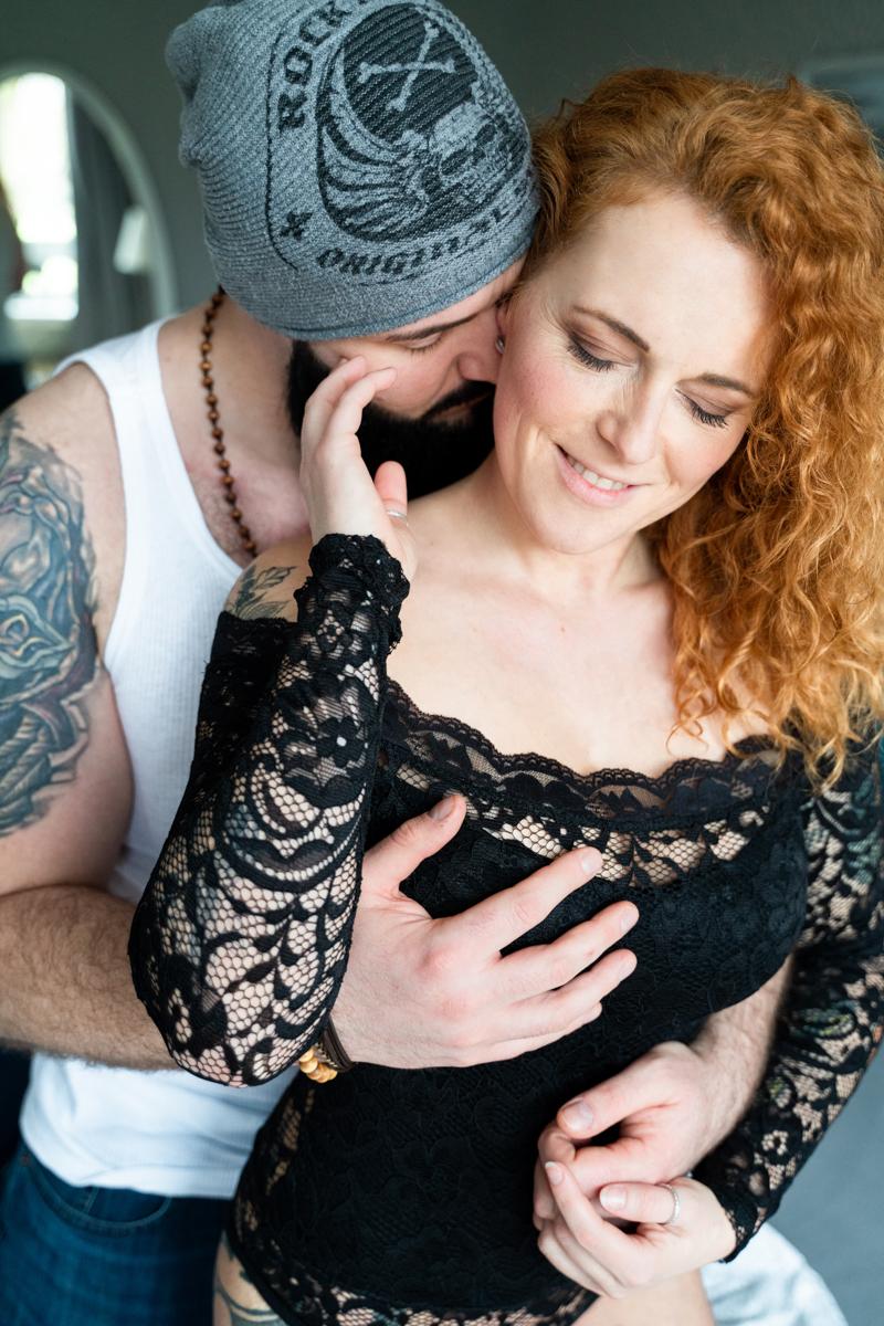 Paarliebe beim Shooting als Homestory auf dem Bett - Fotograf Bremen
