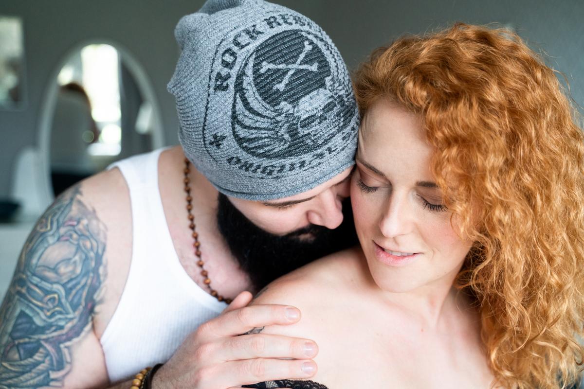 Ein sachter Kuss auf die Schulter - Fotograf Bremen Verden Oldenburg
