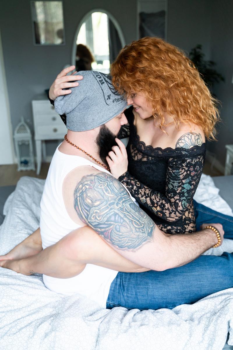 Emotionale Kuschelszene auf dem Bett beim Coupleshooting in Bremen Hochzeitsfotografin