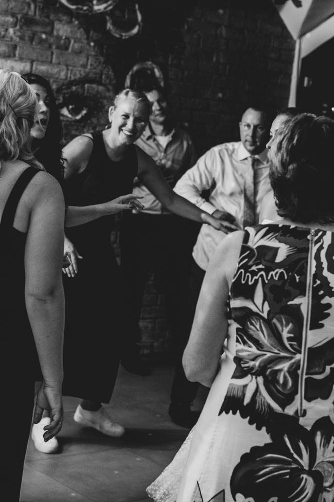 Die gefüllte Tanzfläche Hochzeitsfeier mit Hochzeitsfotograf als Team Bremen