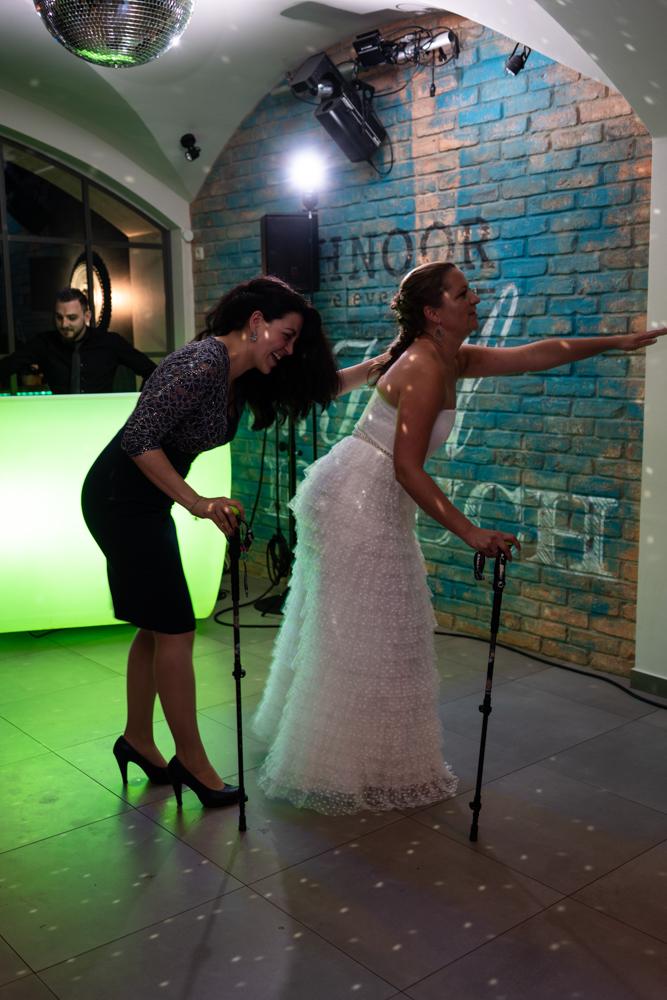Brauttanz mit der Trauzeugin Hochzeitsfotografin Bremen Partybegleitung