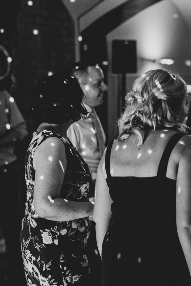 Hochzeitsfotografin authentische Bilder mit Herz bei der Party