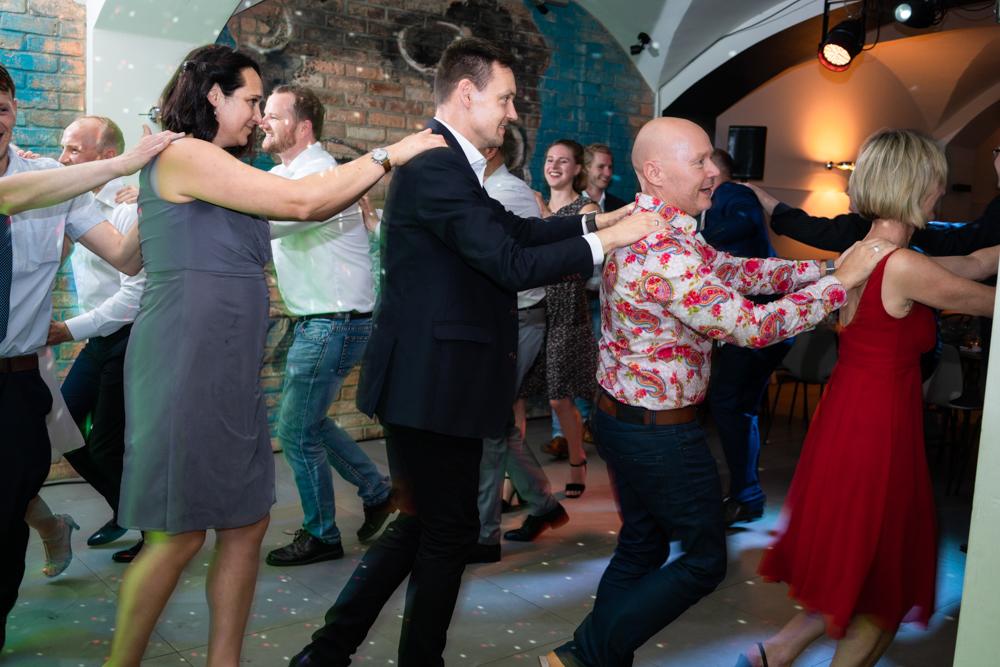Polonaise bei der Hochzeitsfeier begleitet vom Hochzeitsfotograf Bremen