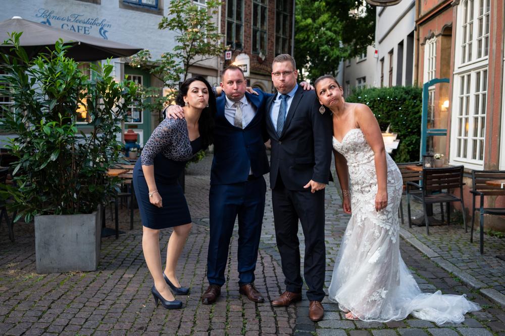 Gruppenbild bei der Hochzeitsreportage mit den Trauzeugen
