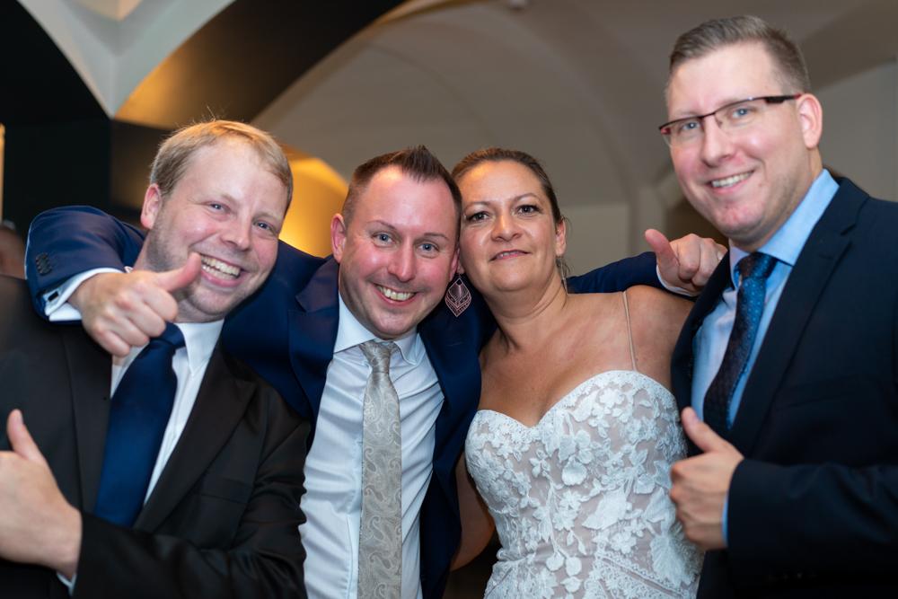 Gruppenbilder bei der Party im Schnoor Eleven Hochzeitsfotografin Bremen