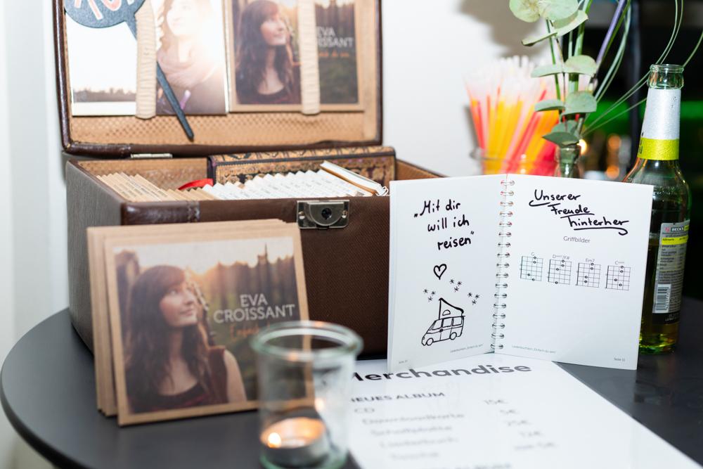 Merchandise Eva Croissant bei einem Wohnzimmerkonzert auf der Hochzeit im Schnoorviertel Bremen Hochzeitsfotograf