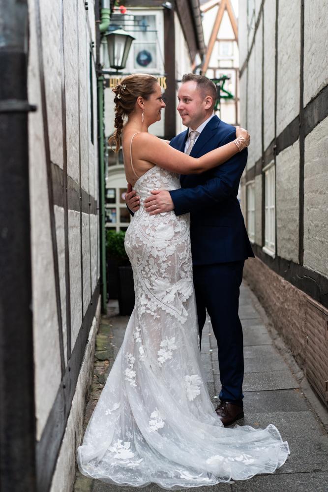 Brautpaarshooting im Bremer Schnoorviertel Hochzeit in Bremen mit Hochzeitsfotograf