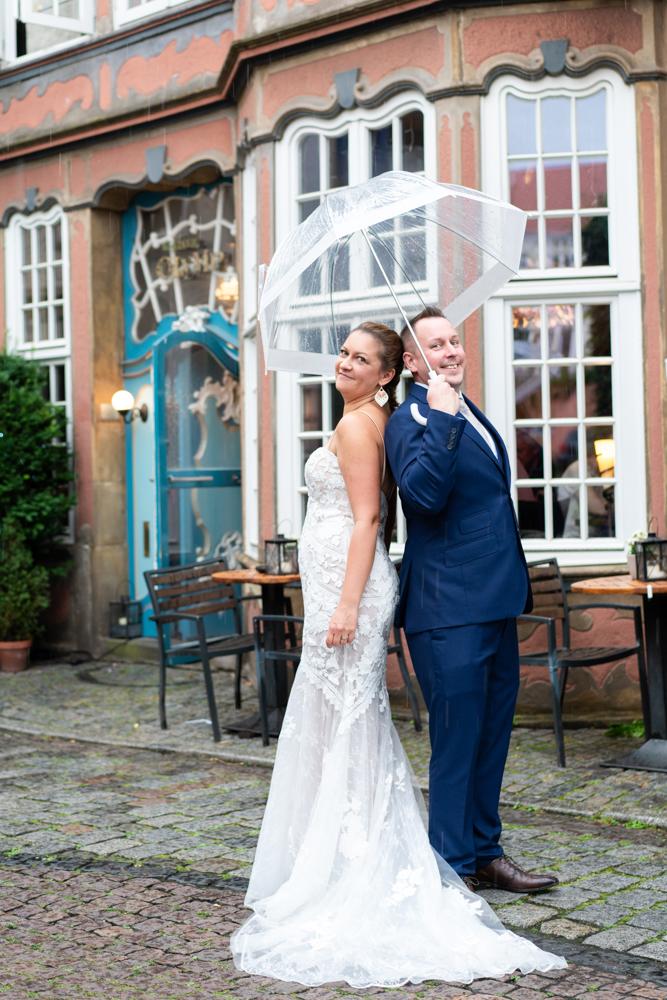 Hochzeitsfotos urban im Regen Regenhochzeit im Schnoor Hochzeitsfotograf Bremen Oldenburg Verden