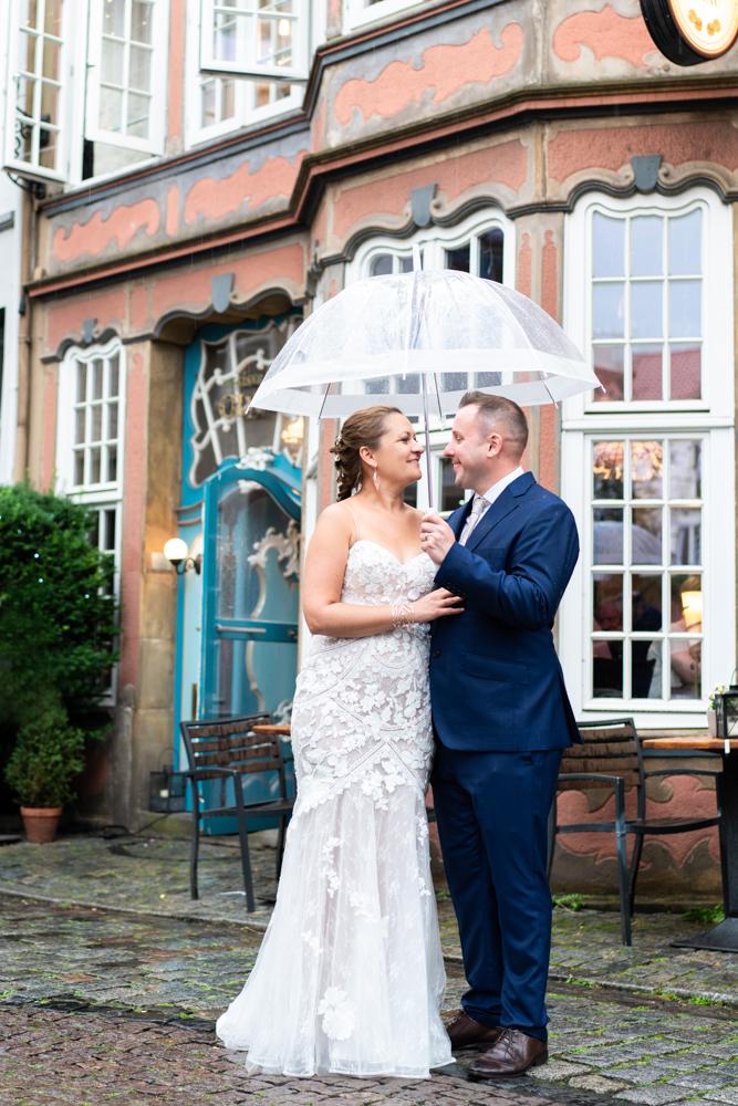 Regenhochzeit Paarshooting mit Regenschirm Hochzeitsfotograf Bremen Schnoor Eleven