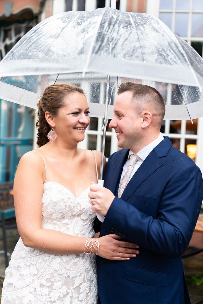 Hochzeit im Regen mit Regenschirm Brautpaarshooting im Regen Hochzeitsfotografin Bremen
