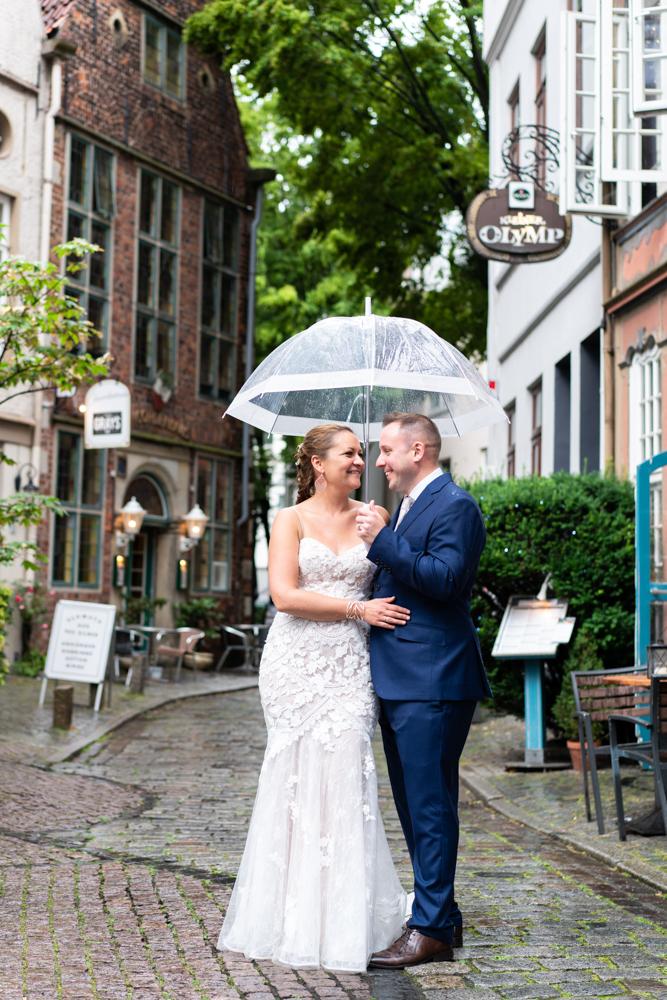 Hochzeitsfotos Fotografin Bremen Schnoor Regenhochzeit Paarfotos mit Regenschirm