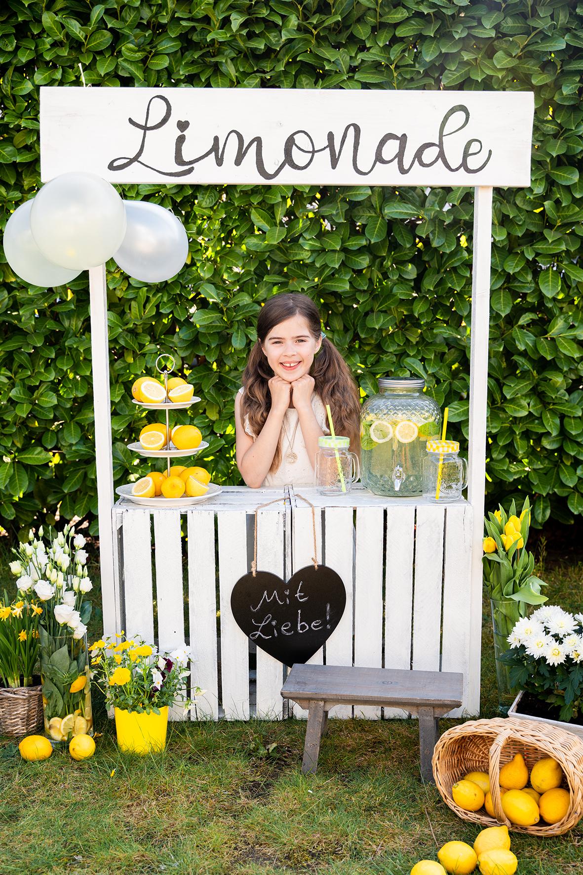 Die Standbesitzerin beim Limonadenshooting im Garten