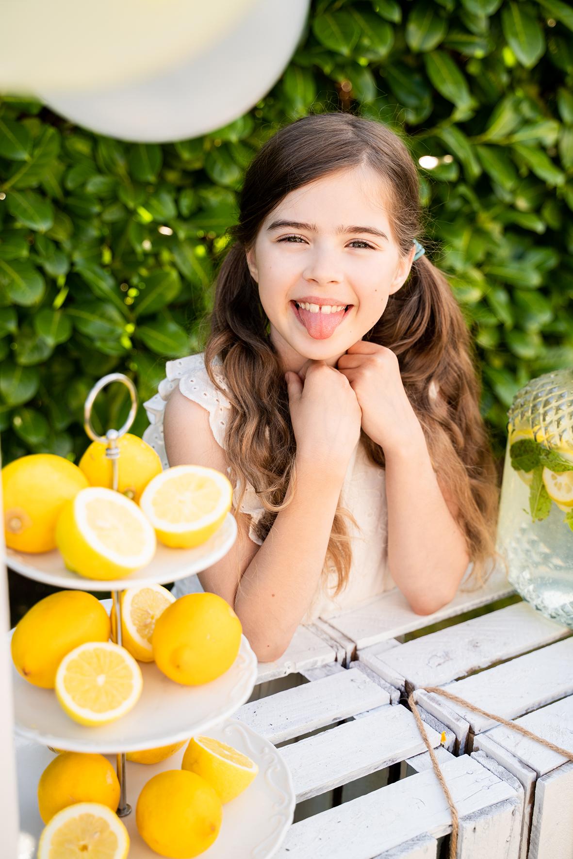 Famileinfotografin aus Bremen Zitronenshooting im Garten Zunge raus stecken