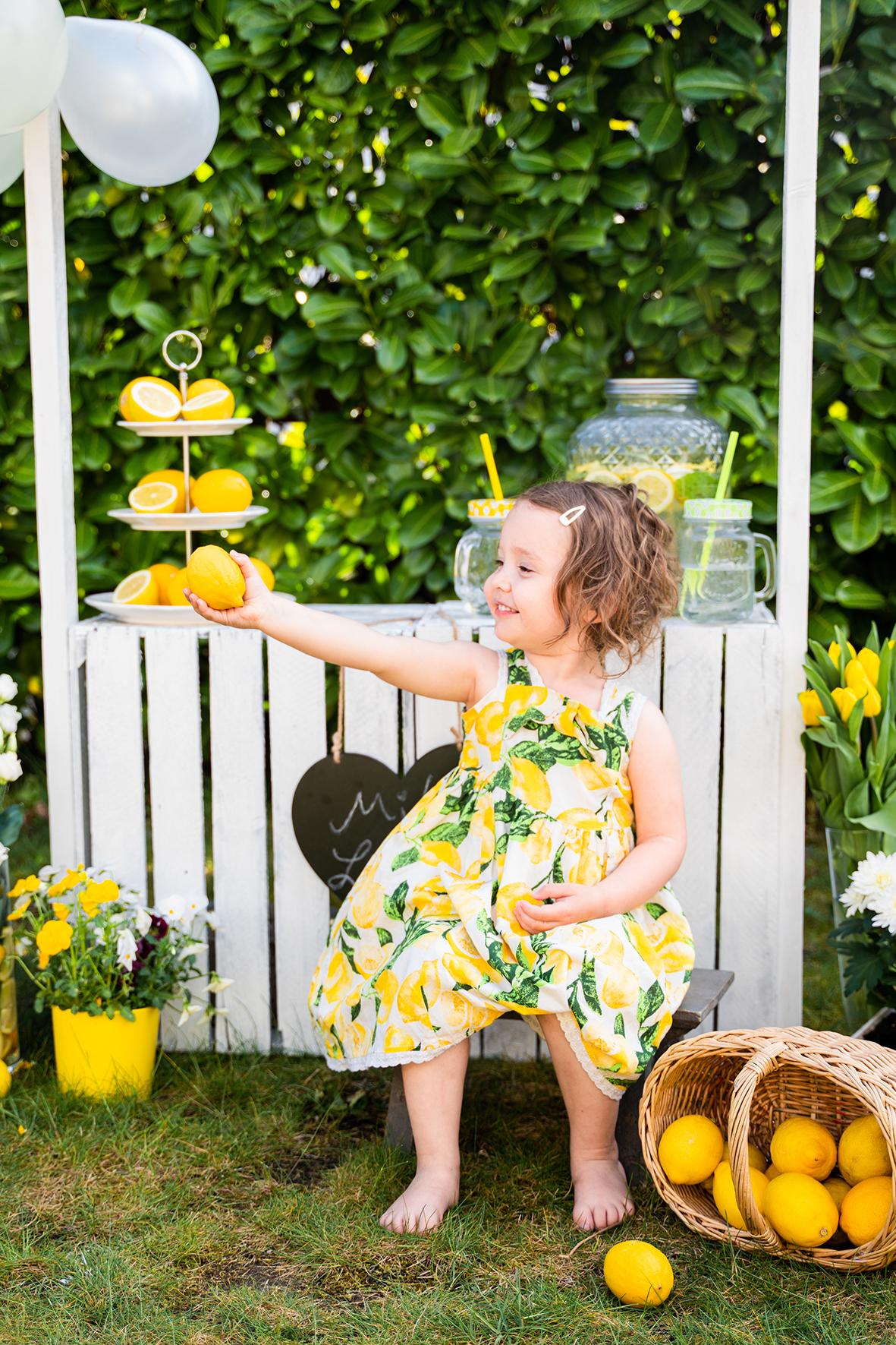 Stolze Limonadenstandbesitzerin bei der Arbeit Fotoshooting Bremen Fotostudio Babyfotograf