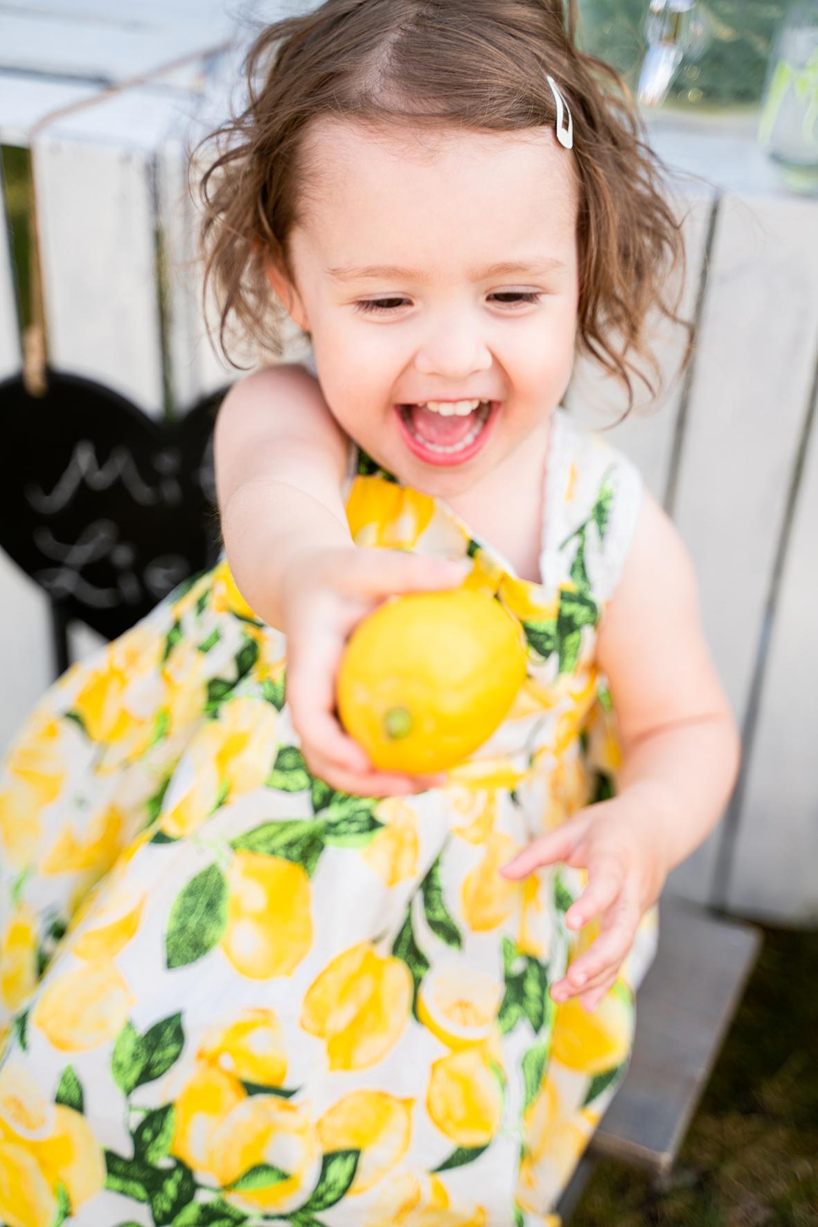 Freude auf die Zitrone beim Kinderfotoshooting mit Familienfotos