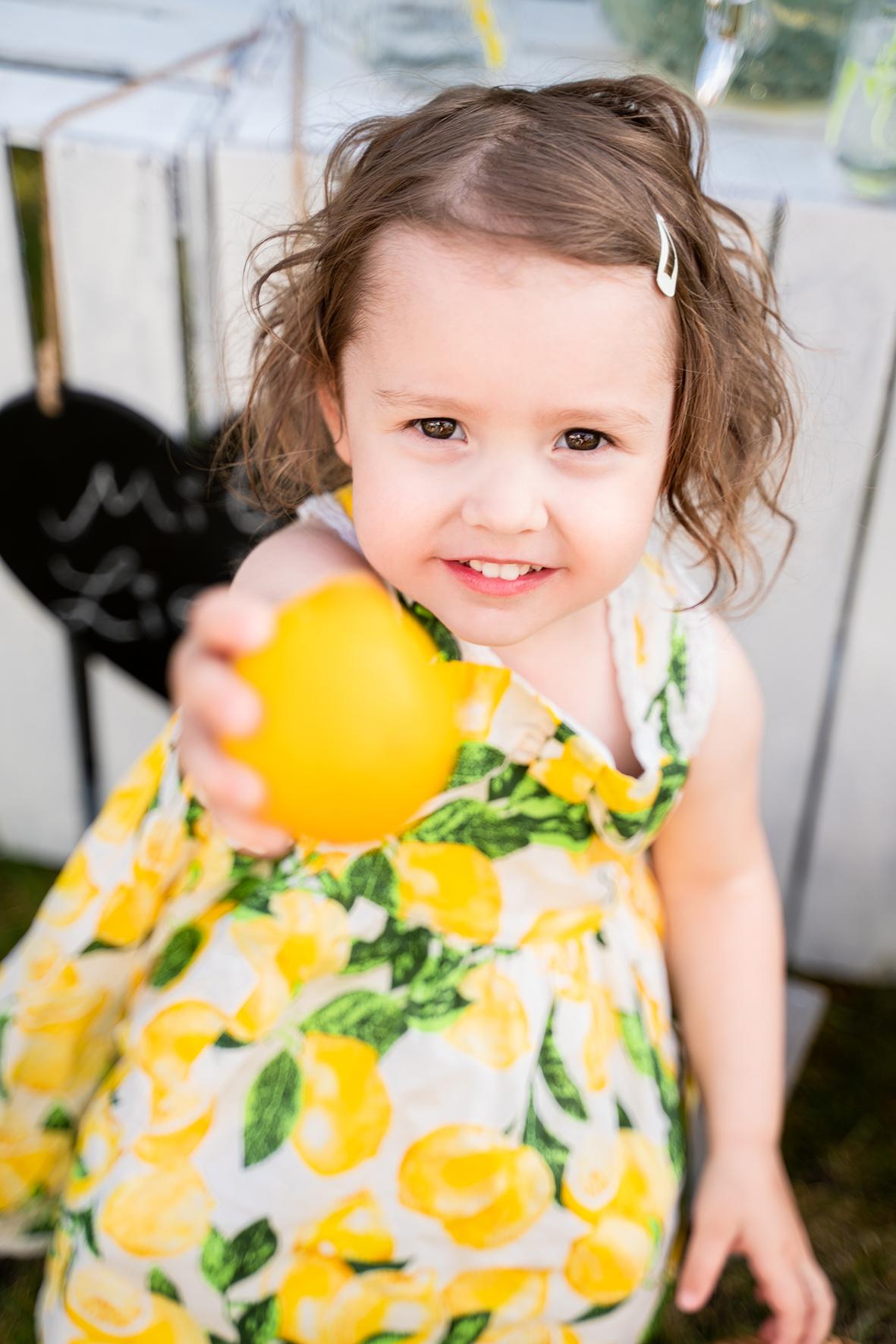 Kind beim Fotoshooting mit Limonadenstand in Lilienthal