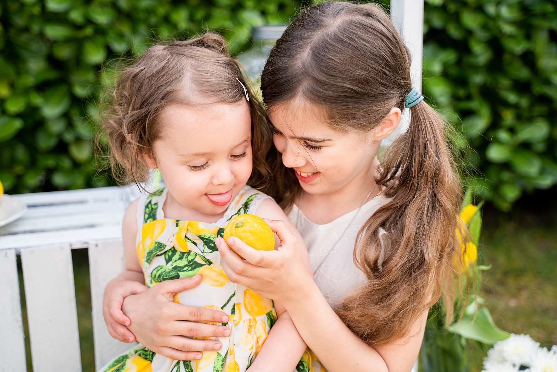 Gemeinsames Zitronenessen beim Kindefotoshooting mit Limonadenstand