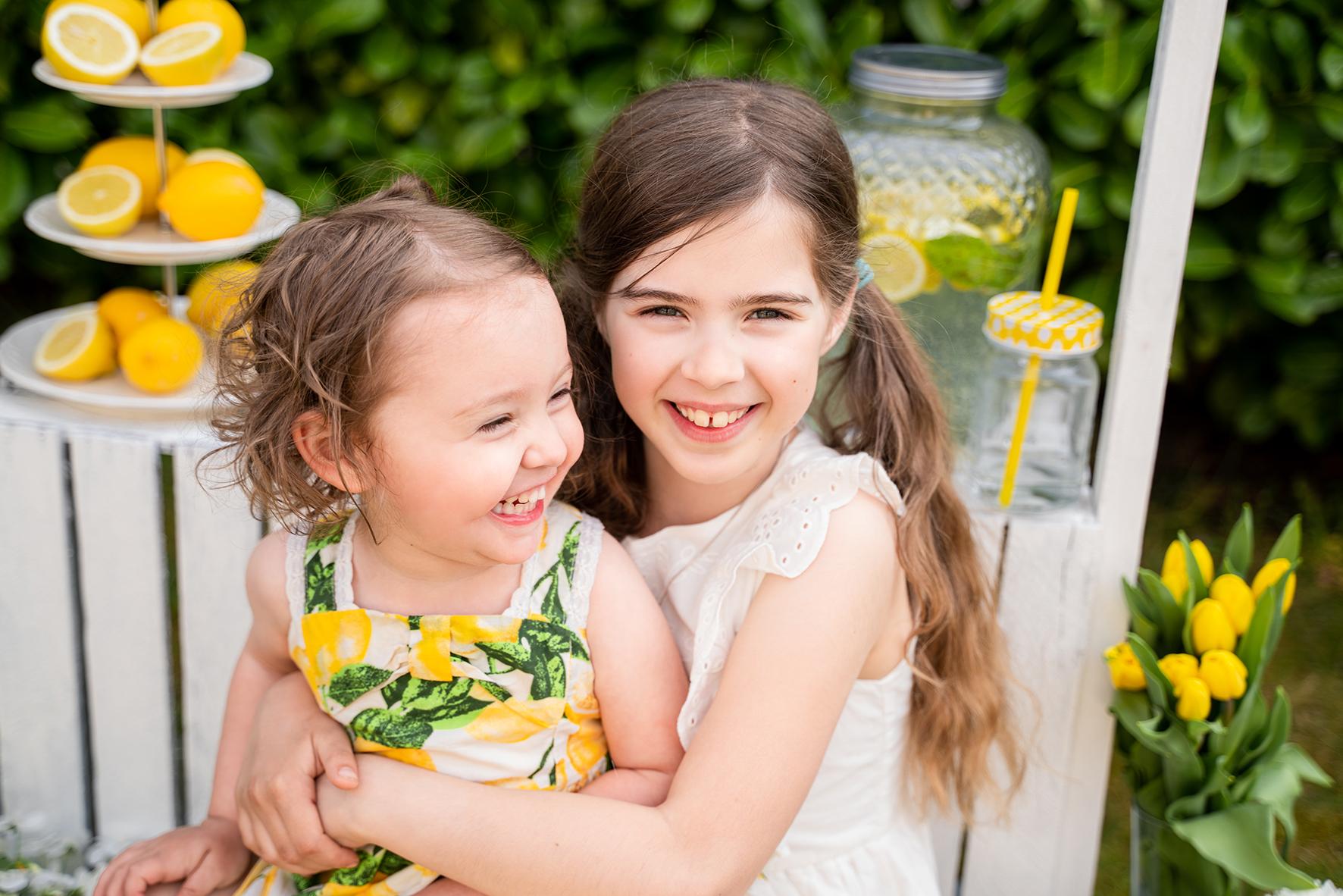 Shooting mit Geschwisterfotos mit selbstgebautem Limonadenstand aus Paletten