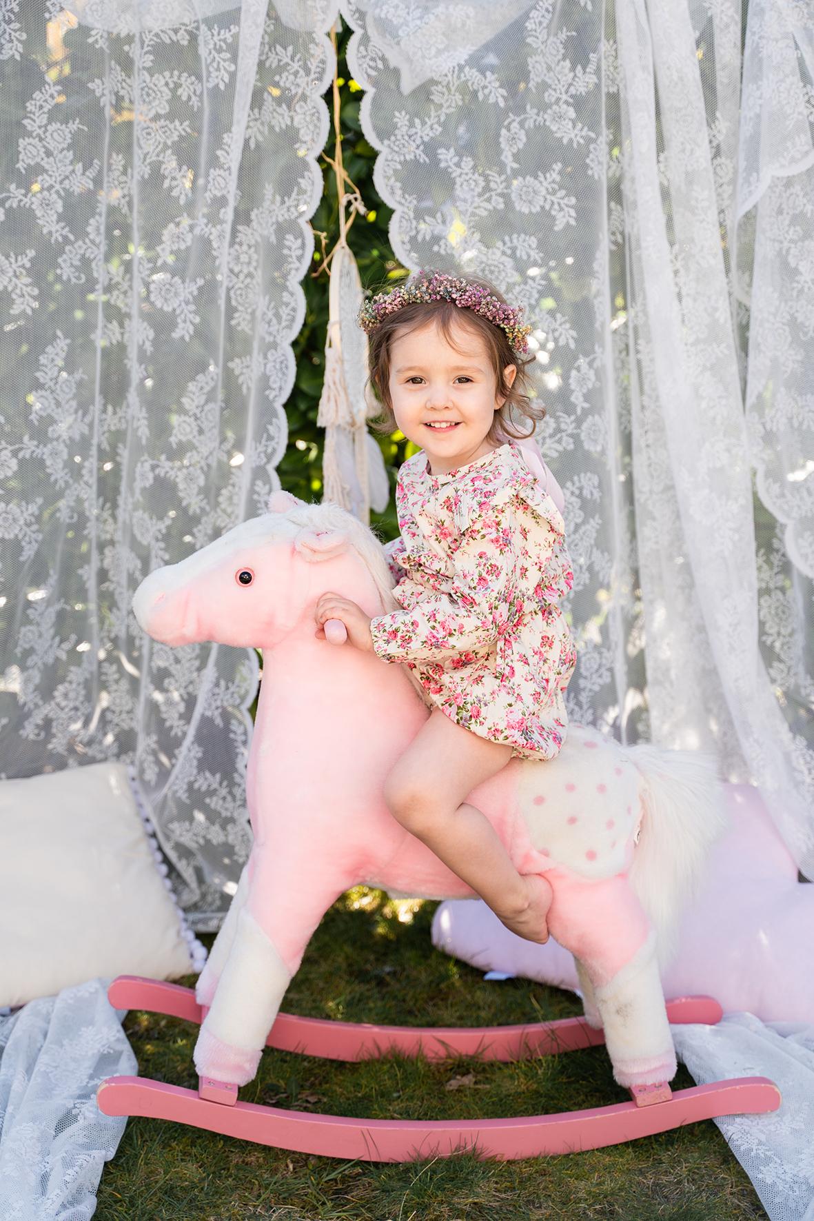Fotoshooting mit Schaukelpferd Babyfotograf Kindershooting Geschwisterfotos Familienfotograf Bremen