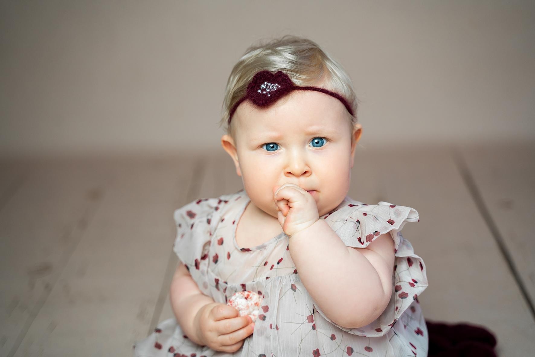 Kritischer Blick beim Fotoshooting Babyfotos im Studio in Bremen Fotograf Grasberg