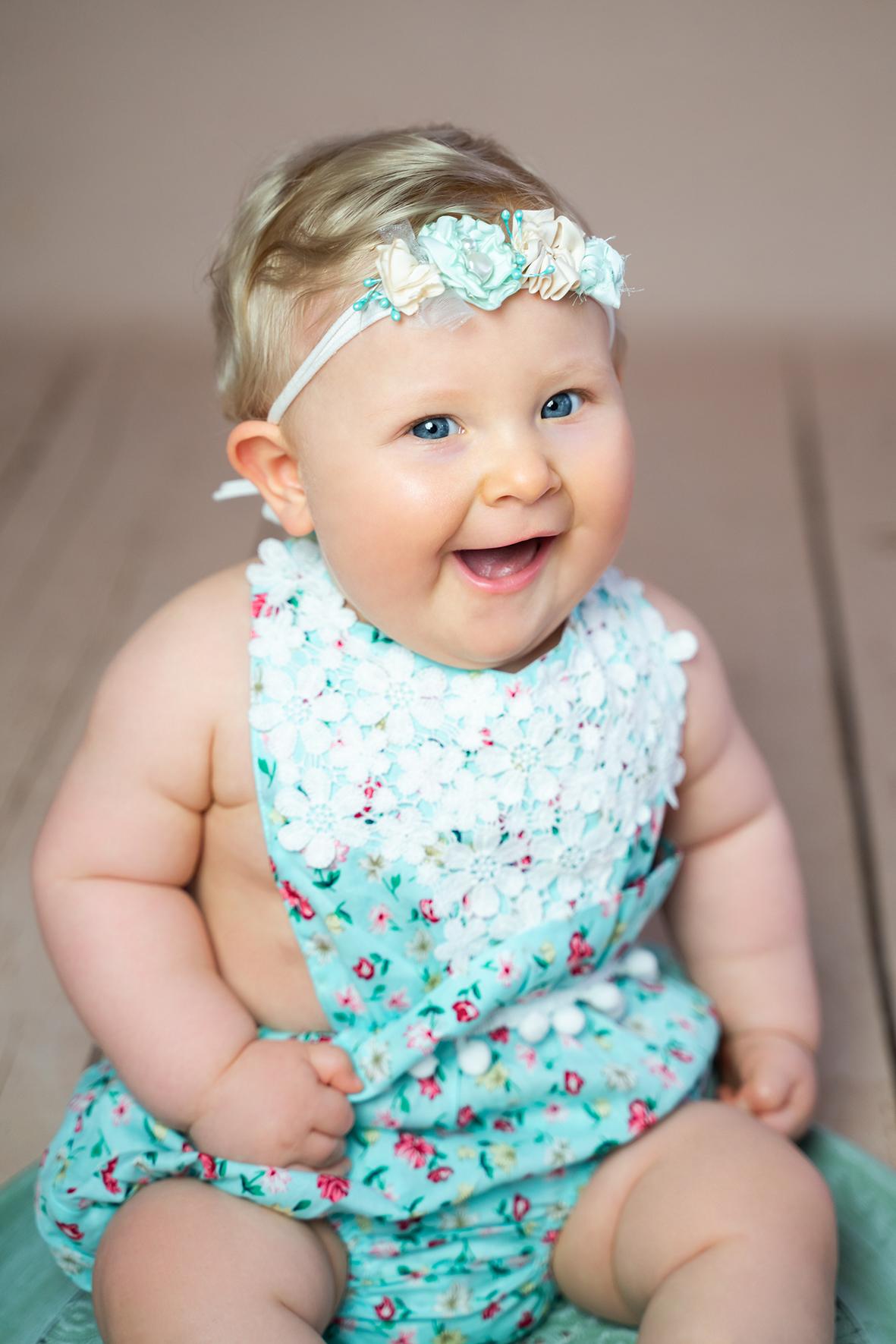 Lachendes Mädchen beim Fotoshooting der Babyfotografin Bremen im Fotostudio für Weyhe und Osterholz-Scharmbeck