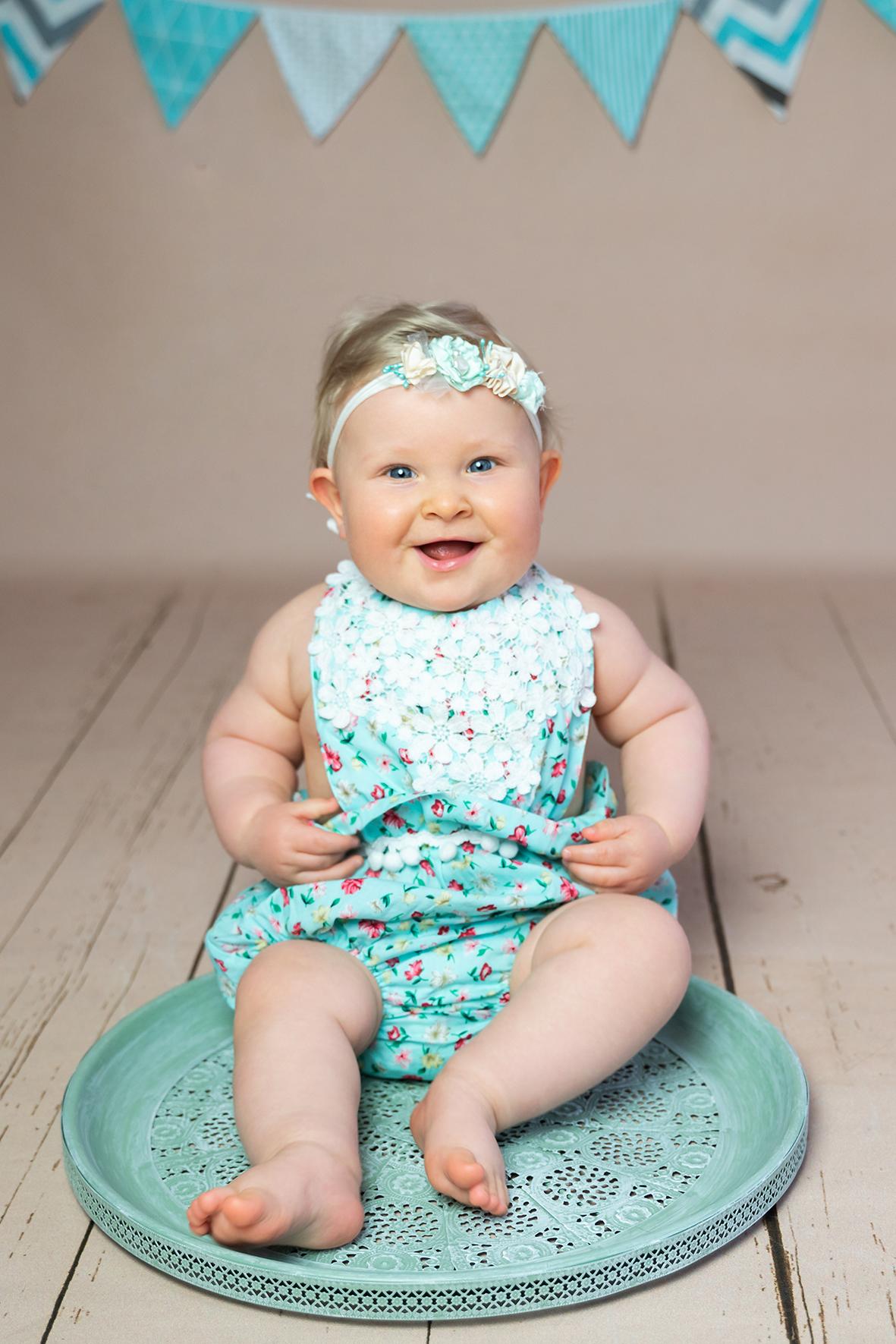 Lachendes baby in Türkisen Set Fotostudio Bremen Fotograf Lilienthal