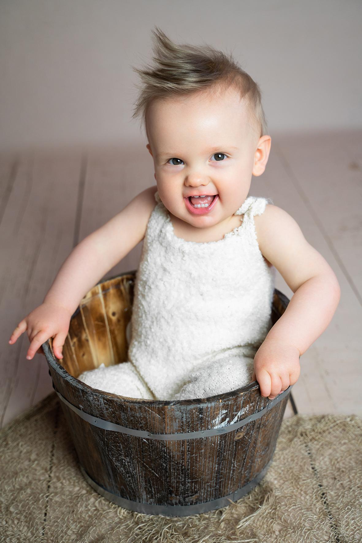 Lachender Junge beim Fotoshooting der Babyfotografin Bremen