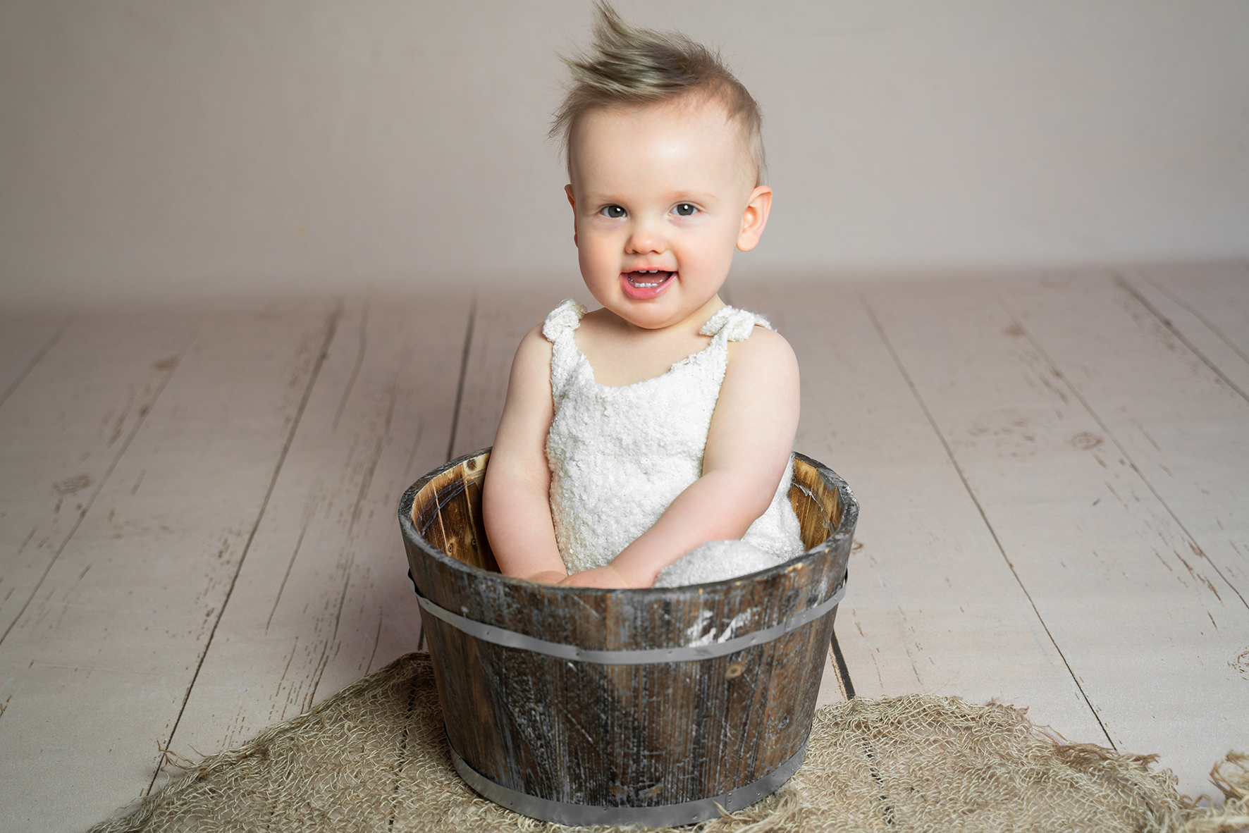 Babyshooting mit Requisiten im Fotostudio Bremen kleiner Junge im Holzeimer