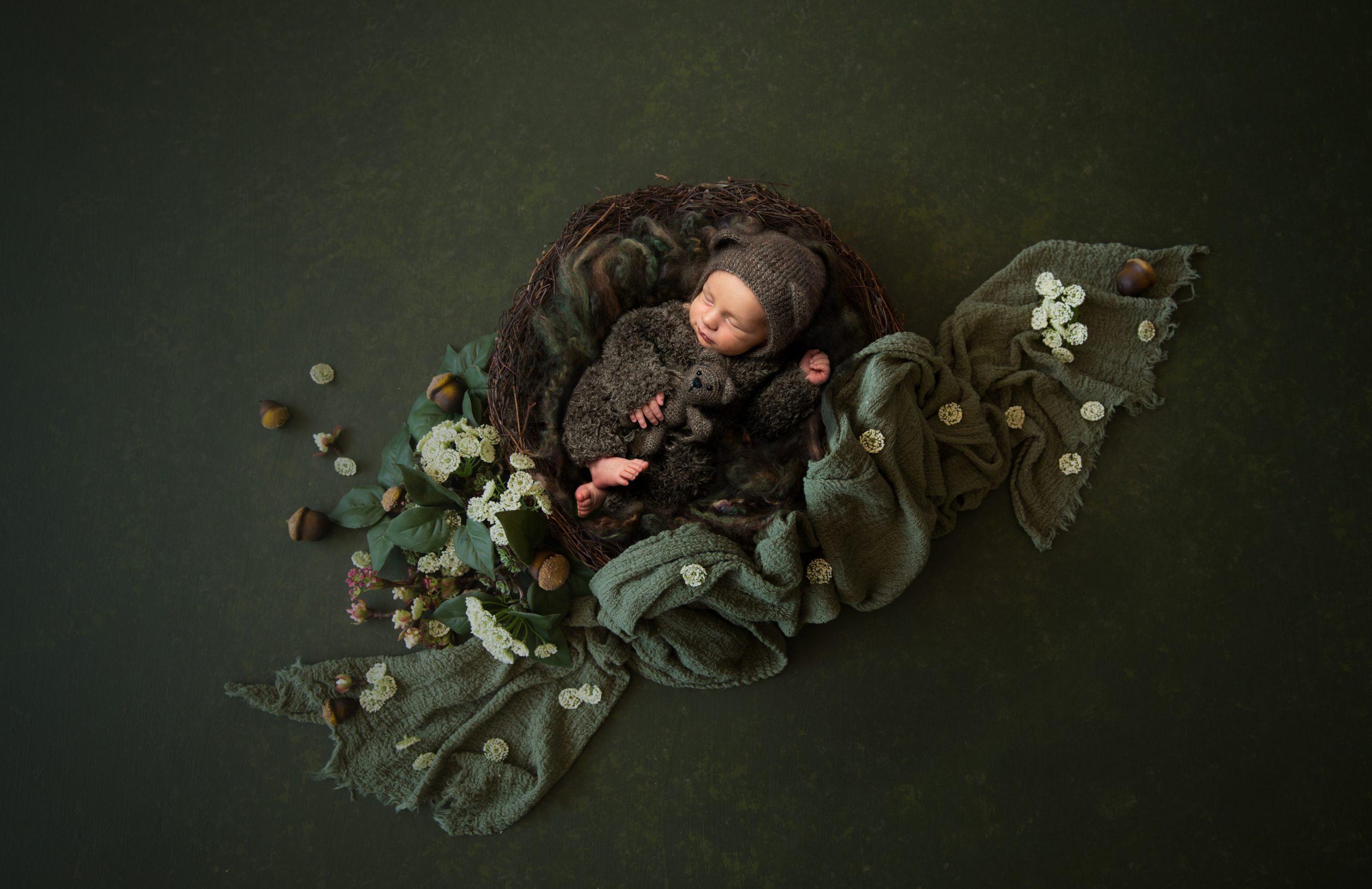 Babyfotograf Bremen Fotoshooting Neugeborenenfotos mit aufwändigem Set in grün Bärenoutfit