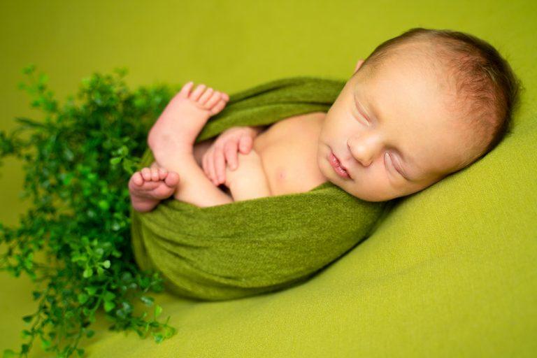 Grünes Set auf dem Beanbag beim Neugeborenenshooting in Bremen Babyshooting Lilienthal