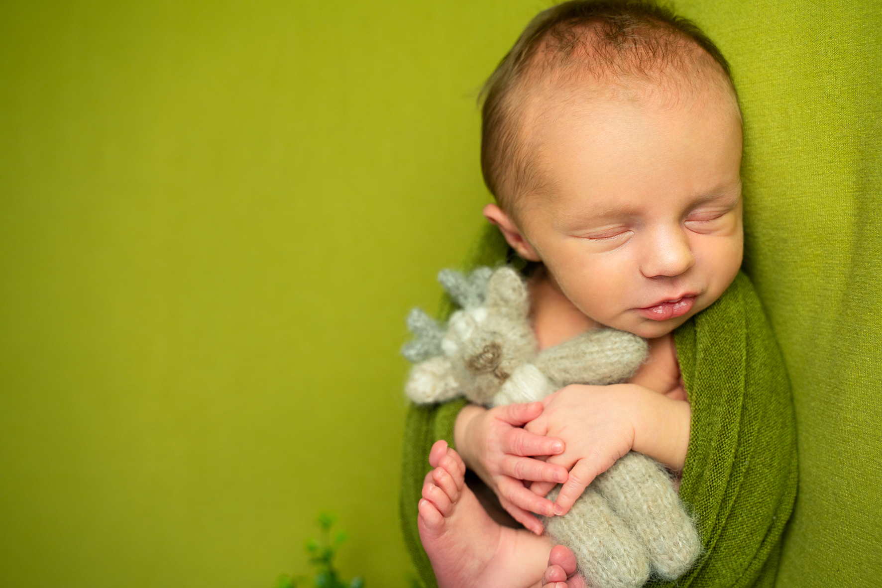 Neugeborenenshooting in Bremen Fotostudio Lilienthal Babyfotos auf dem Beanbag mit Kuscheltier